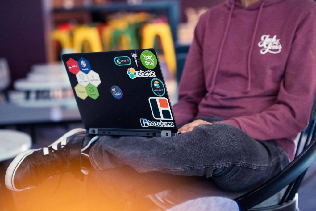 Joven sentado en una silla usando el ordenador
