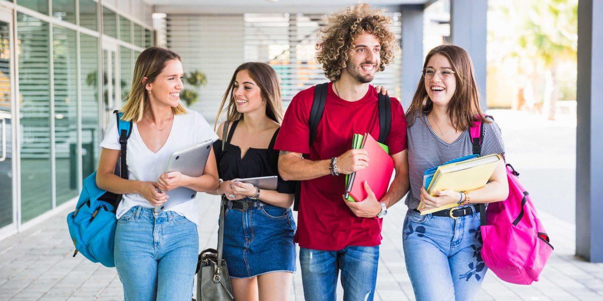 Grupo de estudiantes caminando por la universidad