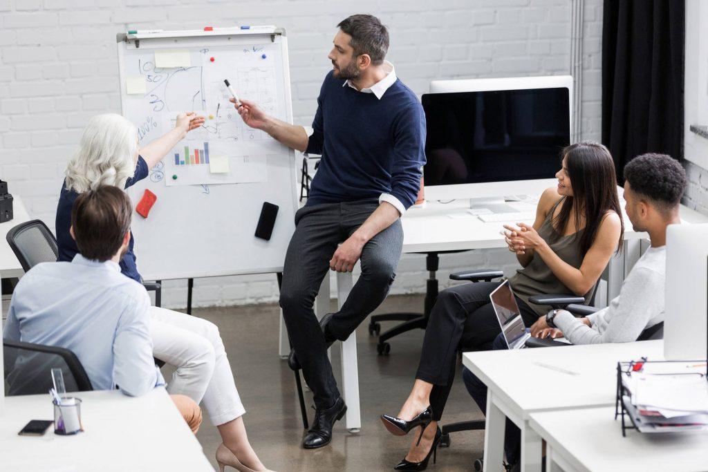Grupo de personas haciendo una tormenta de ideas
