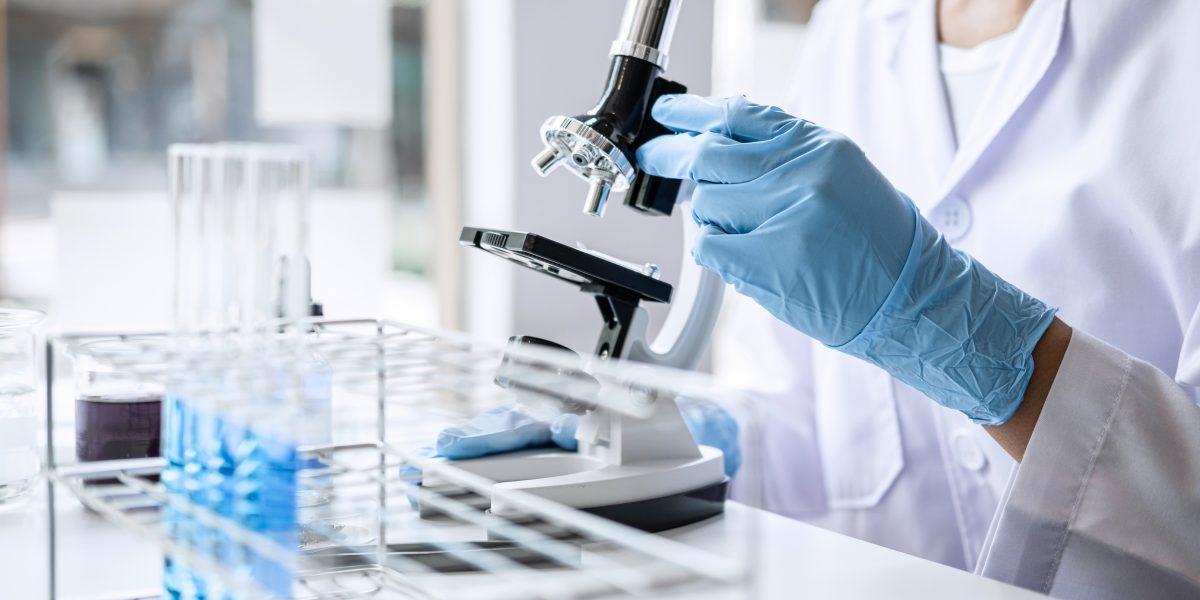Persona científica con un microscopio